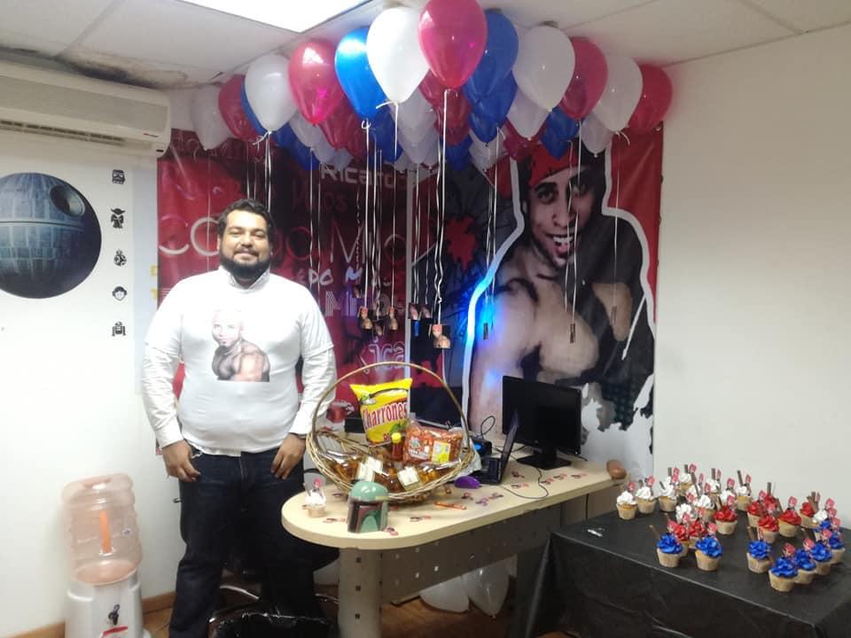 Un hombre hace una fiesta con decoración de Ricardo Milos y entra en el libro de los récords guinness. 1