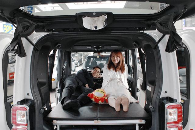 """Japón tiene coches de alquiler """"dormibles"""" para ayudar a los viajeros a ahorrar dinero de un hotel."""