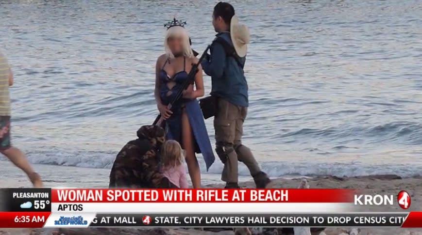 Una cosplayer con un rifle gigante activa las alarmas de la policia.