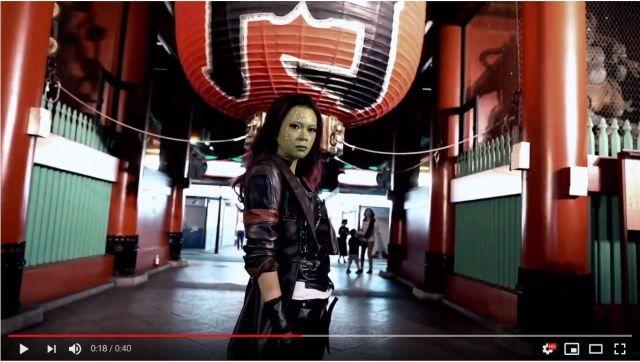 Gamora, waifu de Guardianes de la Galaxia, es vista haciendo turismo por Tokio.