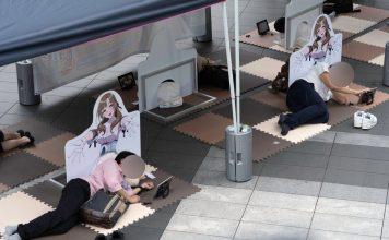 varios-otakus-se-acuestan-en-el-suelo-de-tokio-para-tomar-una-siesta-en-los-muslos-de-la-milf-de-esta-temporada