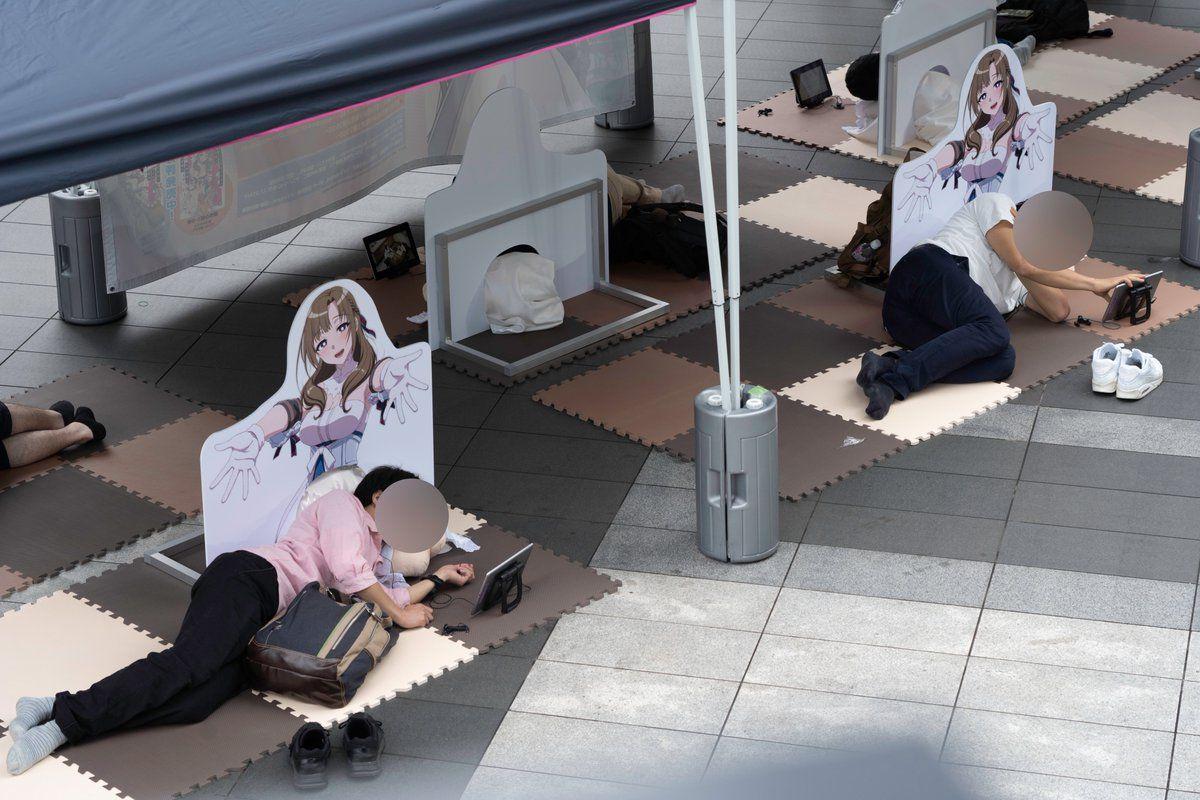 Varios otakus se acuestan en el suelo de Tokio para tomar una siesta en los muslos de la MILF de esta temporada